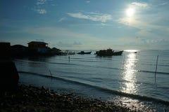 Рыбацкая лодка силуэта на itподготавливает к удить стоковые фотографии rf