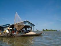 Рыбацкая лодка на подрыве Tonle, Камбодже Стоковое Изображение