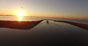 Рыбацкая лодка двигая медленно во время восхода солнца видеоматериал