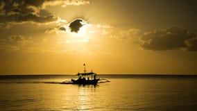 Рыбацкая лодка возвращающ домой Стоковая Фотография RF