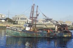 Рыбацкая лодка возглавляя вне от причала на этап Юдифь, Род-Айленд Стоковое Изображение
