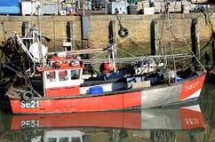 Рыбацкая лодка в гавани Whitstable стоковое фото rf