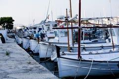 Рыбацкая лодка в лете снаружи в море на гавани Стоковые Фото