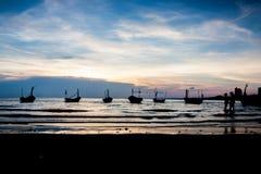 Рыбацкая лодка в заходе солнца стоковая фотография rf