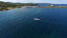 Рыбацкая лодка в красивом море видеоматериал
