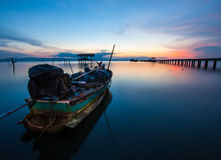 Рыбацкая лодка в море на заходе солнца Стоковое Изображение