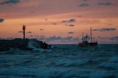 Рыбацкая лодка в порте Ustka, Польше стоковое фото