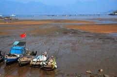 Рыбацкая лодка в пляже Стоковые Фотографии RF