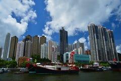 Рыбацкая лодка в укрытии Абердина в Гонконге на солнечный день стоковое изображение