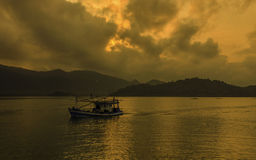 Рыбацкая лодка в утре на островах изменения в Таиланде Стоковое фото RF