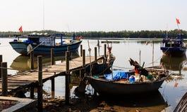 Рыбацкая лодка, деревянный мост на шлюпке Стоковая Фотография