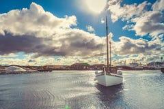 Рыбацкая лодка, заплыв к доку, голубое небо, облако Стоковое фото RF