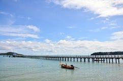 Рыбацкая лодка и мост для пути прогулки на пляже Rawai Пхукета Таиланда Стоковое Изображение