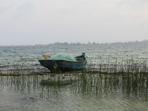 Рыбацкая лодка на лагуне Стоковые Изображения RF