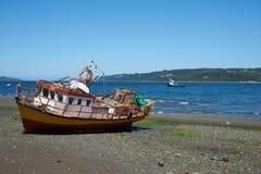 Рыбацкая лодка на береге Стоковое Фото