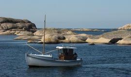 Рыбацкая лодка на побережье Стоковое Изображение