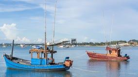 Рыбацкая лодка на пляже воды с красивой предпосылкой неба Стоковые Изображения RF