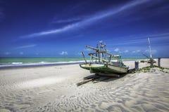 Рыбацкая лодка на пляже в Бразилии Стоковое Изображение RF