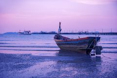 Рыбацкая лодка на пляже Паттайя на twilight времени Стоковое фото RF