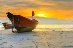 Рыбацкая лодка на пляже стоковые фотографии rf