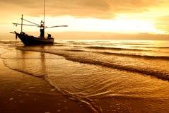 Рыбацкая лодка на пляже Стоковые Фото