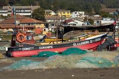 Рыбацкая лодка на пляже стоковые изображения rf