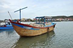 Рыбацкая лодка на реке, Вьетнаме стоковое изображение rf