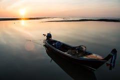 Рыбацкая лодка на силуэте моря Стоковая Фотография RF