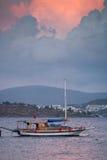 Рыбацкая лодка, океан и заход солнца Ortakent Bodrum, Турция стоковое изображение rf