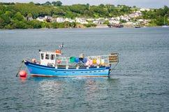Рыбацкая лодка поставленная на якорь в гавани Стоковое Фото