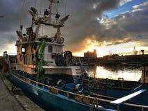 Рыбацкая лодка поставленная на якорь в порте Стоковые Изображения RF