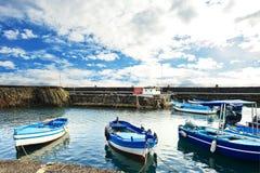 Рыбацкая лодка причалила на гавани Acitrezza, Сицилии стоковая фотография rf