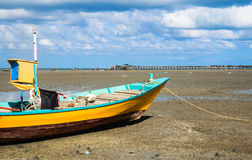 Рыбацкая лодка с предпосылкой молы Стоковая Фотография