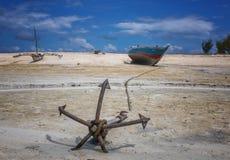 Рыбацкие лодки во время отлива Стоковые Изображения