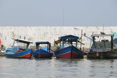 Рыбацкие лодки в Джакарте стоковые фотографии rf