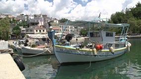 Рыбацкие лодки в thassos Греции гавани limenaria видеоматериал