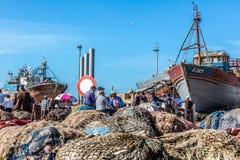 Рыбацкие лодки и рыболовы в сухом доке на гавани в Essaouira, Марокко Стоковая Фотография RF