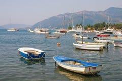 Рыбацкие лодки на воде около приморской деревни Seljanovo Залив Kotor Адриатического моря, Tivat, Черногории Стоковое Изображение