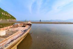 Рыбацкие лодки на мели на пляже над солнечным небом на Prachuap Kh Стоковые Изображения RF