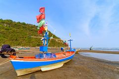 Рыбацкие лодки на мели на пляже над солнечным небом на Prachuap Kh Стоковые Изображения