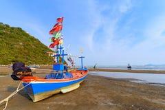Рыбацкие лодки на мели на пляже над солнечным небом на Prachuap Kh Стоковое Фото