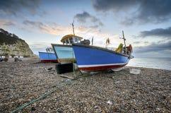 Рыбацкие лодки на пляже на пиве в Девоне Стоковое Изображение RF