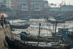 Рыбацкие лодки ожидают прилива в Qingdao стоковое изображение