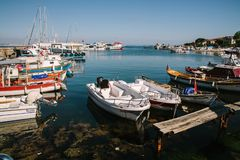 Рыбацкие лодки около обваловки, Стамбула, Турции стоковое фото
