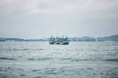Рыбацкие лодки плавая на море 3 корабля с рыбами Стоковые Фотографии RF