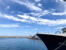 Рыбацкие лодки приезжая к гавани стоковые фото