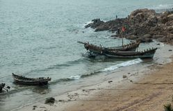 Рыбацкие лодки разгружают задвижку в Qingdao стоковая фотография