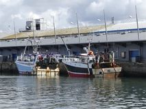 рыбацкие лодки состыкованные в гавани Стоковые Фотографии RF