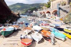 Рыбацкие лодки с оборудованием рыбной ловли состыкованным в порте Framura, Ла Spezia, Лигурии, Италии стоковые фото