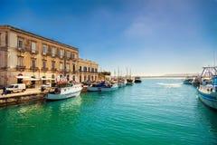 Рыбацкие лодки в гавани острова Ortigia стоковые фотографии rf